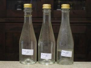 Flaschen mit Dillöl und Hydrolat